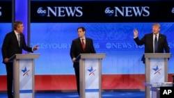 在新罕布什尔的曼彻斯特举行的辩论会上,杰布.布什(左)和川普(右)争论,鲁比奥在中间看着(2016年2月6日)