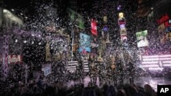 ການສະຫລອງປີໃໝ່ສາກົນ ຢູ່ຈະຕຸລັດ Times Square ໃນນະຄອນ New York.
