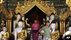 Du khách nước ngoài đến thăm chùa Shwedagon tại Yangon, Miến Ðiện