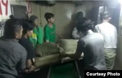 Jenazah ABK Indonesia asal Lampung berinisial HA saat dievakuasi dari kapal Lu Huang Yuan Yu 118, Rabu 8 Juli 2020. (Courtesy: Istimewa)