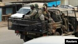 Des soldats des forces spéciales ivoiriennes circulent à bord d'un véhicule dans la ville d'Adiaké, dans l'est de la Côte d'Ivoire, 7 février 2017.
