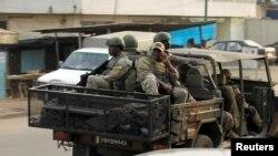 Des soldats des forces spéciales ivoiriennes circulent à bord d'un véhicule dans la ville d'Adiake, dans l'est de la Côte d'Ivoire, 7 février 2017.