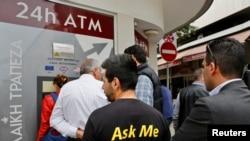 Les distributeurs de billets, pris d'assaut à Chypre