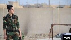 ایک فوجی یزیدی لڑکی، اسلامک اسٹیٹ سے مقابلے لیے تیار۔ 14 نومبر 2016