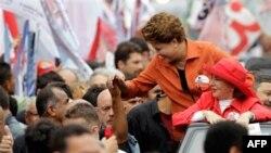 Bà Rousseff thuộc Đảng Công Nhân đã được 55% số phiếu bầu ngày Chủ nhật và trở thành nữ Tổng thống đầu tiên của nước này