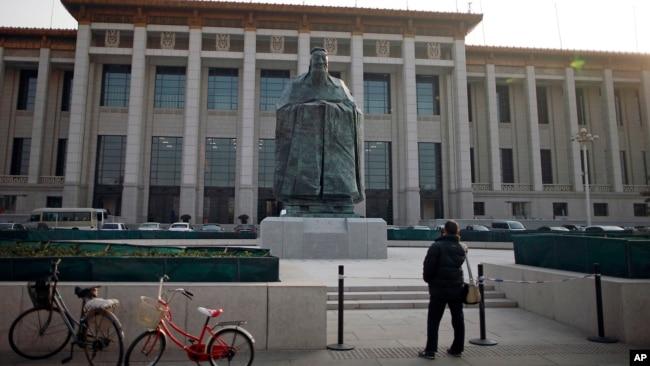 """Tượng Khổng Tử gần quảng trường Thiên An Môn, Bắc Kinh. Khổng Tử là một """"sức mạnh mềm"""" mà Trung Quốc muốn quảng bá ra thế giới."""
