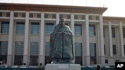 Tượng Khổng Tử gần Quảng trường Thiên An Môn ở Bắc Kinh. Tượng này hiện đã được dẹp bỏ khỏi quảng trường. Theo Nhân dân Nhật Báo của Trung Quốc, hiện có khoảng hơn 400 Viện Khổng Tử do Trung Quốc tài trợ đặt tại các trường đại học trên toàn thế giới, trong đó có cả Mỹ và nhiều nước Châu Phi.