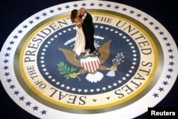 """美国总统唐纳德·川普和第一夫人梅拉尼亚·川普在华盛顿参加就职大典庆祝舞会之一""""总司令/向武装部队致敬舞会""""(2017年1月20日)"""