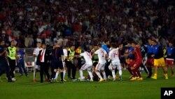 Koškanje na terenu tokom utakmice između Srbije i Albanije