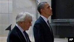 ປະທານາທິບໍດີບາຣັກ ໂອບາມາ ແລະທ່ານ Elie Wiesel, ທີ່ພິພິດທະພັນ Holocaust ທີ່ກຸງວຊິງຕັນ. ວັນທີ 23 ເມສາ 2012.