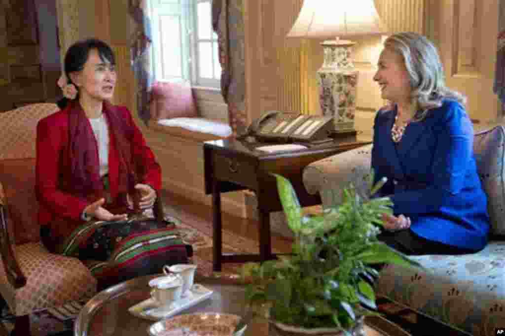 美國國務卿克林頓9月18日在美國國務院會見緬甸民主領袖昂山素姬