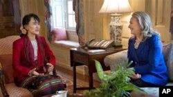 美国国务卿克林顿(右)9月18日在华盛顿会见昂山素季