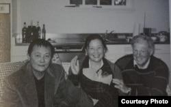 魏京生抵达美国时与伯恩斯坦合影,中为魏京生的妹妹魏姗姗