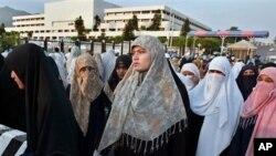 Des Pakistanaises protestent contre le gouvernement pour encourager une loi qui protégerait les victimes de viol à Islamabad, le 11 septembre 2006.