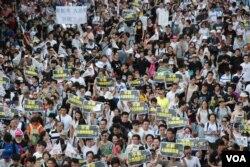 今年71大遊行估計有40萬人上街,大批示威者高舉諷刺特首梁振英說謊、要求他下台的標語,「倒梁」行動將會延續至2013年