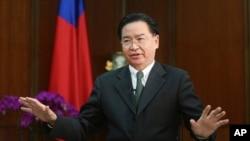 台湾外交部长吴钊燮在台北接受美联社专访。(2019年12月10日)