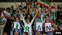 زنان ایرانی در ورزشگاه آزادی تهران برای تماشای دیدار تیم ملی با اسپانیا در جام جهانی از طریق نمایشگر