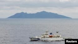 지난 2010년 일본과 중국이 영유권 분쟁을 빚고 있는 동중국해 섬 주변에서 일본 해안 경비정이 순찰 중이이다. (자료사진)