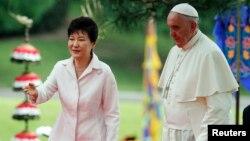 Paus Fransiskus bertemu Presiden Korea Selatan, Park Geun-hye di Seoul hari Kamis (14/8).