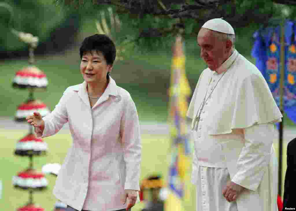 South Korean President Park Geun-hye leads Pope Francis after a welcoming ceremony at the presidential Blue House in Seoul, Aug. 14, 2014.