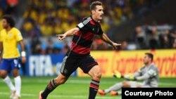 Miroslav Klose merayakan golnya melawan Brazil (Foto: FIFA.com)