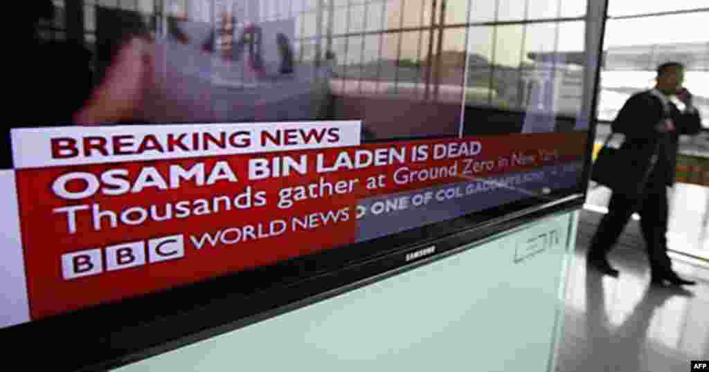 A South Korean man walks past a TV screen showing news that a U.S.-led operation had killed al-Qaida leader Osama bin Laden at a railway station in Seoul, May 2, 2011 (Reuters)
