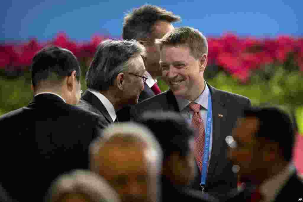 """川普总统的特别助理兼国家安全委员会负责东亚事务的博明(中,Matt Pottinger)在北京参加 """"一带一路""""国际合作高峰论坛开幕式(2017年5月14日)。博明曾担任美国《华尔街日报》的驻华记者,并且因为报道中国贪腐问题被拘留。他后来加入美国海军陆战队,并参加了阿富汗和伊拉克战争。"""