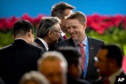 """川普總統的特別助理兼國家安全委員會負責東亞事務的博明(中,Matt Pottinger)在北京參加 """"一帶一路""""國際合作高峰論壇開幕式(2017年5月14日)。博明曾經擔任華爾街日報駐北京記者,後來參加美國海軍陸戰隊。"""