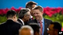 美国总统特朗普特别助理、国家安全委员会东亚事务高级主任博明(右中)抵达中国国家会议中心参加一带一路论坛开幕式(2017年5月14日)。