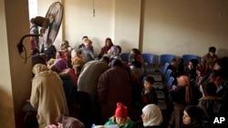 在黎巴嫩贝卡谷地扎赫勒的联合国难民登记中心等待约见面谈的叙利亚人。(资料照)