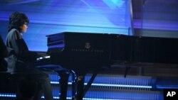 Joey Alexander memainkan lagu ciptannya di acara penyerahan penghargaan Grammy ke-58. (Foto: dok.)