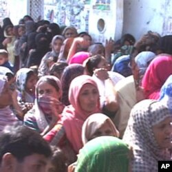 اناج کے حصول کے لیے دن بھر لمبی قطاروں میں کھڑے لوگ