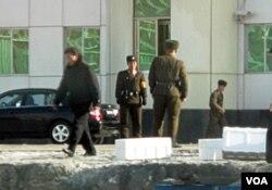 在边境站岗巡逻的朝鲜军人