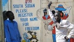 هنرمندان سودانی در کنار نقاشی که در آن نوشته شده: مردم جنوب مطفا برای آزادی ثبت نام کیند