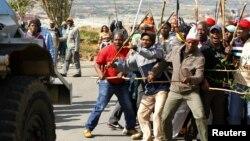 25일 남아프리카공화국 요하네스버그 북서부 칼튼빌에서 시위중인 광부들.