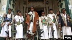 Anggota suku Hashid pimpinan Sheikh Sadiq al-Ahmar siaga dengan senjata mereka di Sanaa (26/5).