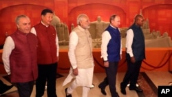 2016年10月15日,金砖国家领袖们在出席印度总理莫迪主办的晚宴前合影留念,由左至右分别是巴西总统米歇尔.特梅尔、中国领导人习近平、印度总理莫迪、俄罗斯总统普京,以及南非总统祖马。(资料照)