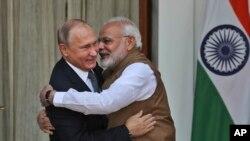 នាយករដ្ឋមន្ត្រីឥណ្ឌា Narendra Modi (ស្ដាំ) និងលោក Vladimir Putin ប្រធានាធិបតីរុស្ស៊ី ក្នុងជំនួបនៅទីក្រុងញូវដែលី កាលពីថ្ងៃទី៥ តុលា ២០១៨។