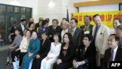 Hai tác giả Phạm Trần Anh và Vũ Lang chụp hình lưu niệm với khách tham dự