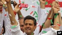 ທ່ານ Enrique Pena Nieto ຜູ້ສະໝັກເລືອກຕັ້ງຈາກພັກ PRI ໃນມື້ສຸດທ້າຍຂອງການໂຄສະນາຫາສຽງເລືອກຕັ້ງ ປະທານາທິບໍດີເມັກຊິໂກ, ວັນທີ 27 ມິຖຸນາ 2012.