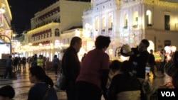 中國大陸自由行旅客農曆新年逼爆澳門及香港,但兩地民眾反應不一樣(美國之音湯惠芸)