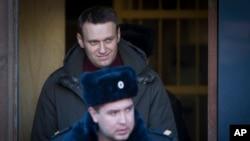 Aleksej Navalni prilikom izlaska iz zgrade suda, pošto mu je određen sedmodnevni pritvor, pre tri dana