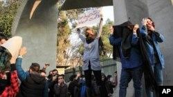 حمله نیروی انتظامی به تظاهرکنندگان با گاز اشکآور در مقابل ورودی دانشگاه تهران