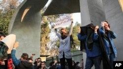 حمله نیروی انتظامی به تظاهرکنندگان با گاز اشکآور در مقابل در ورودی دانشگاه تهران - تهران 9 دیماه
