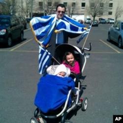 O ομογενής Χρήστος Καραγιαννόπουλος με τις δύο κόρες του πηγαίνει στη παρέλαση της Φιλαδέλφειας