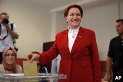 Meral Aksener, candidata presidencial del partido LYI (Bueno) de la oposición nacionalista, presenta su voto en las elecciones de Turquía en un colegio electoral en Estambul, el domingo 24 de junio de 2018.