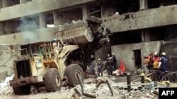 Scène dans les rues après l'attentat à Nairobi, le 8 août 1998.
