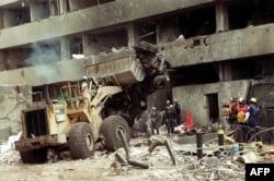Sebuah file foto yang diambil pada 8 Agustus 1998 menunjukkan petugas polisi mengeluarkan sisa-sisa bom mobil yang digunakan untuk menghancurkan kedutaan besar AS di Nairobi, yang menewaskan 280 warga Kenya dan 12 Amerika. (Foto: AFP)