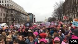 La marche des femmes à Washington DC, le 21 janvier 2017, contre les politiques de la nouvelle administration. Photo/VOA