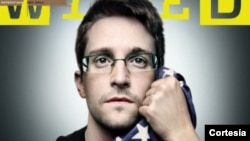 La portada de la edición de septiembre de la revista Wired donde aparece Edward Snowden abrazando la bandera estadounidense.